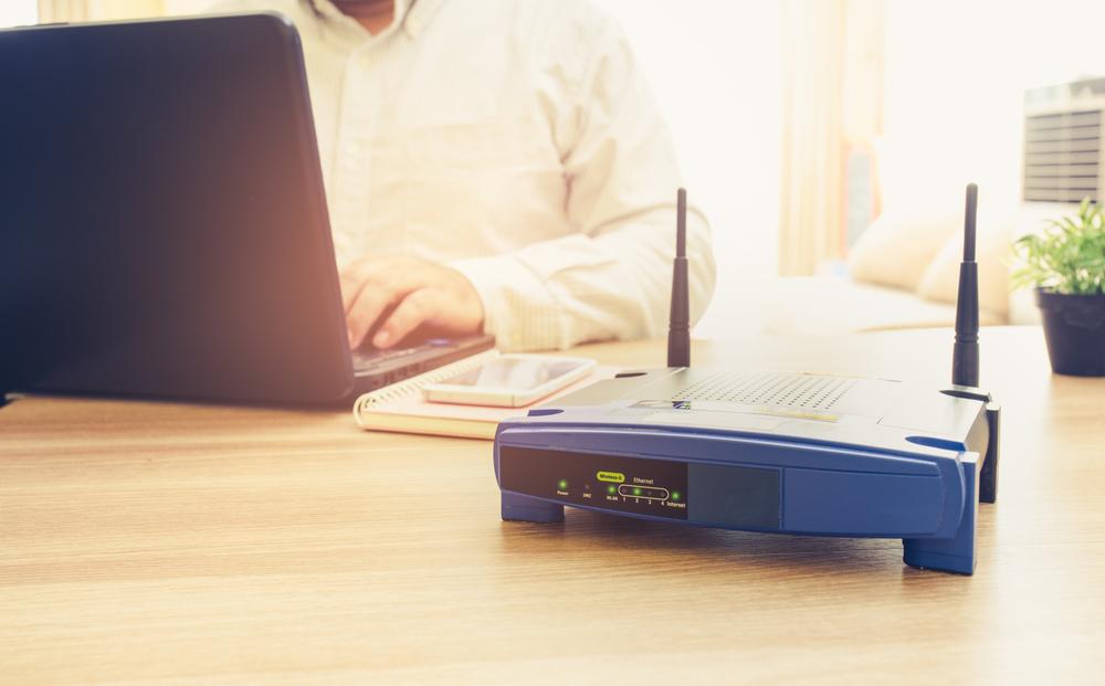 роутер на столе с ноутбуком