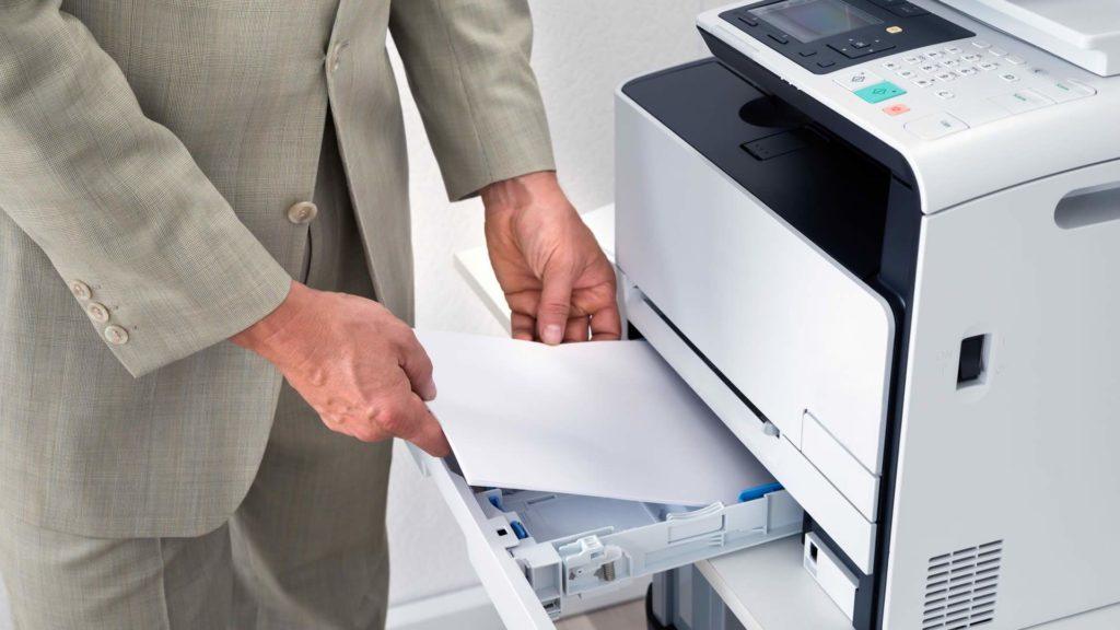 Сканирует документы