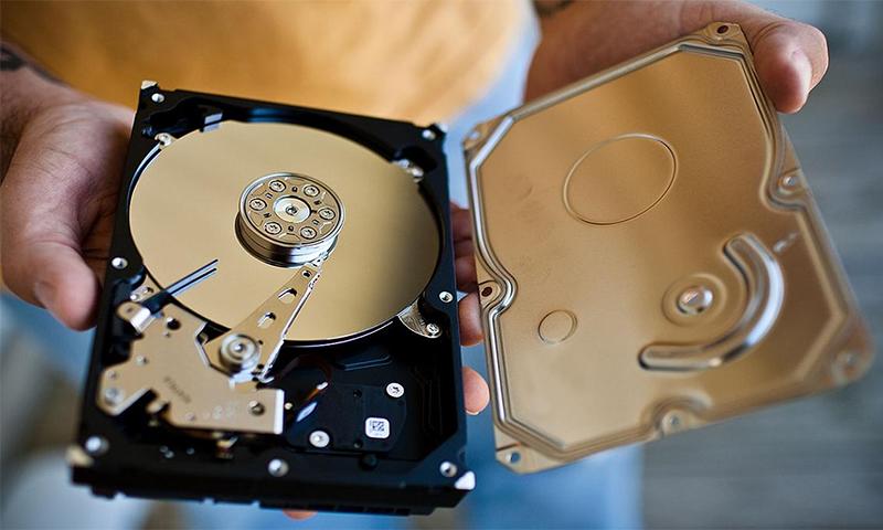 жёсткий диск компьютера золотой цвет в руках