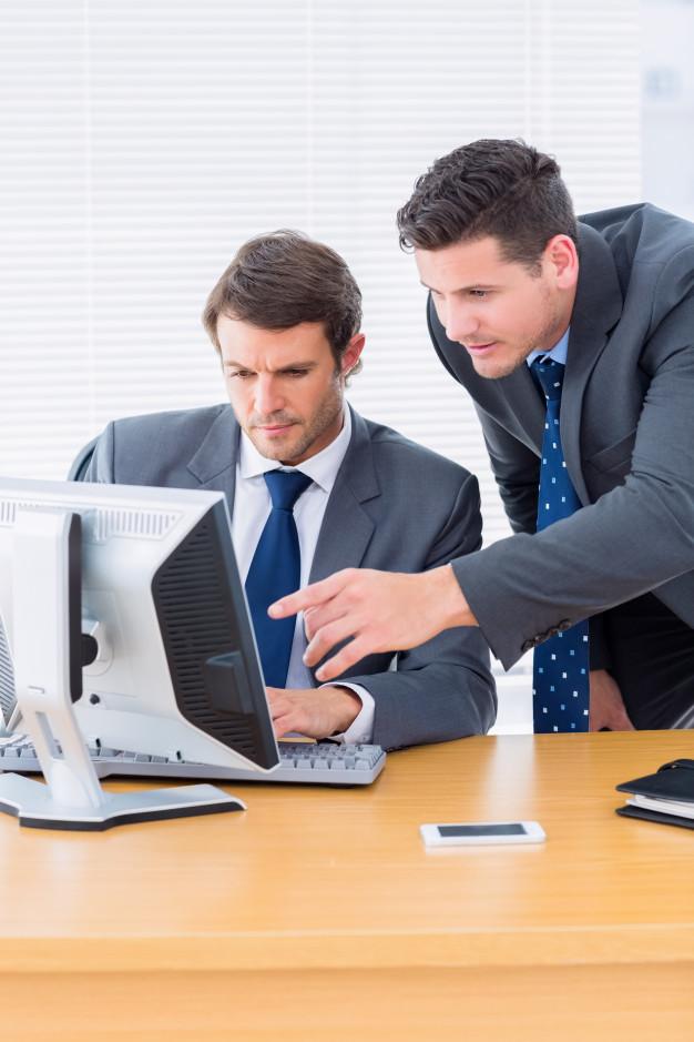 люди работают с файлами за компьютером