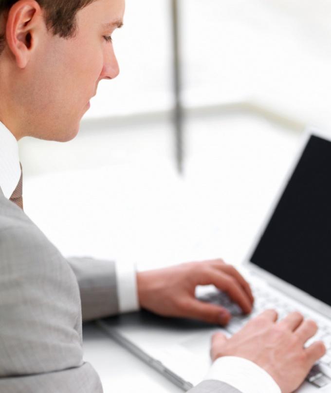 человек работает с файлами на компьютере